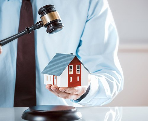 Image of a mini house to represent real estate law services
